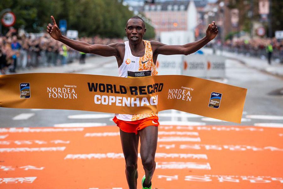 Đồng hương Eliud Kipchoge phá sâu kỷ lục thế giới bán marathon ở Đan Mạch