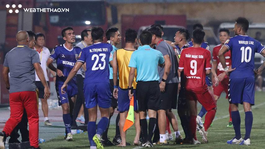 Cầu thủ Bình Dương thuật lại tình huống trọng tài Trương Hồng Vũ bẻ còi