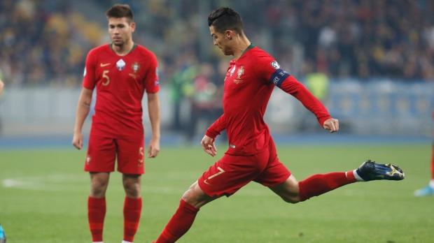 Ronaldo và Messi cùng những kỷ lục bóng đá quốc tế khó bị phá vỡ