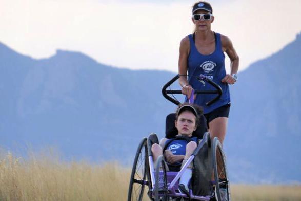 """""""Người mẹ sắt"""" hoàn thành Ironman 140.6 cùng con gái bị liệt"""