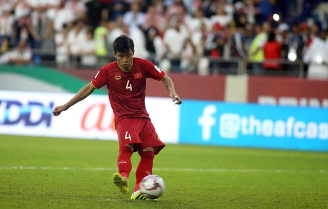 HLV Thái Lan bất ngờ chê cầu thủ Việt Nam nghiệp dư