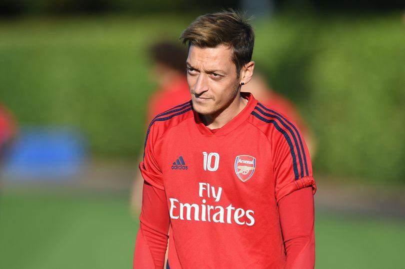 Mesut Ozil vẫn kiếm số tiền khổng lồ từ Arsenal dù không chơi