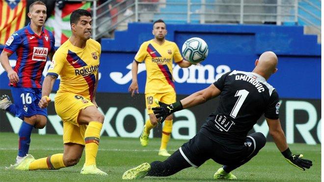 Suarez cân bằng thành tích ghi bàn của huyền thoại Barca