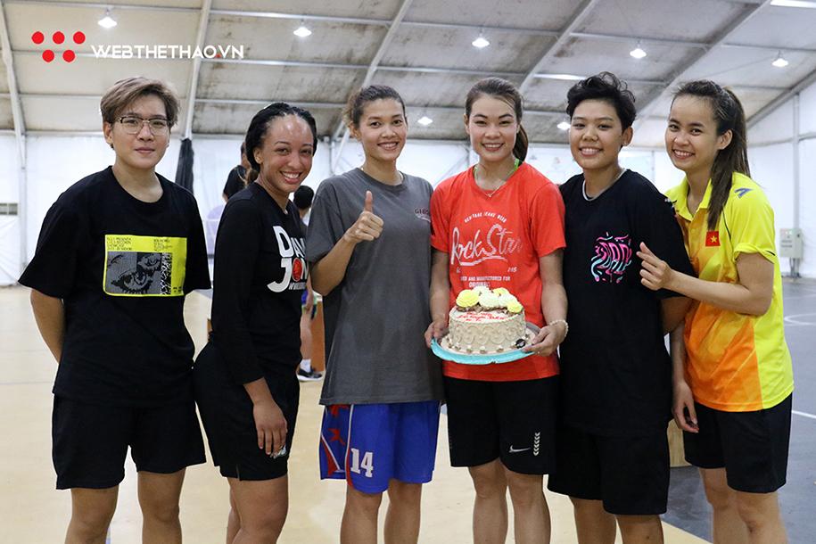 Ấm lòng chị em đội tuyển bóng rổ nữ Việt Nam với món quà 20/10 đầy ý nghĩa
