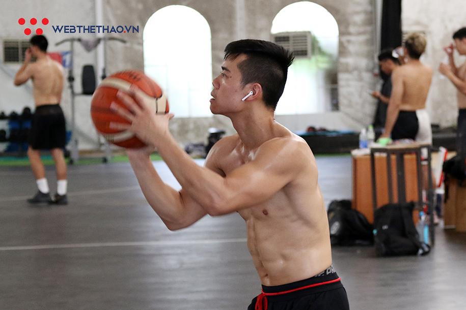 Chris Dierker cùng dàn nam thần tuyển bóng rổ Việt Nam khoe body cực chất