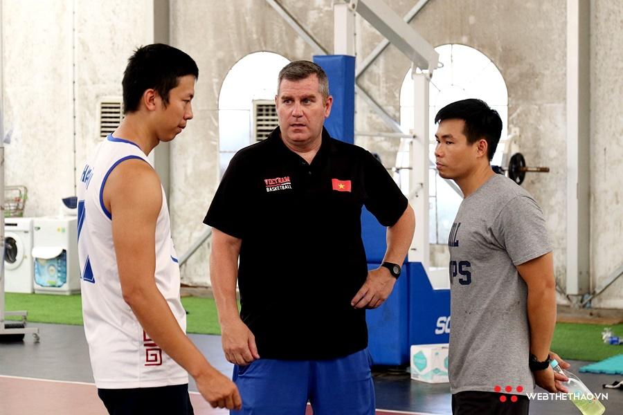 Tạm chia tay đội tuyển, HLV Vinh Tẩm trở về Hà Nội đón tin vui