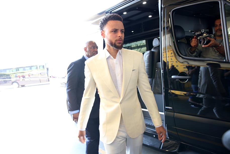 LeBron James, Stephen Curry chiếm top 2 cầu thủ có thu nhập cao nhất NBA