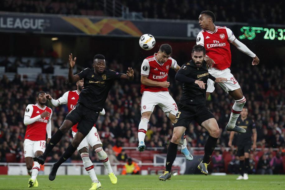 5 phút 2 siêu phẩm đá phạt, Nicolas Pepe giúp Arsenal ngược dòng Vitoria