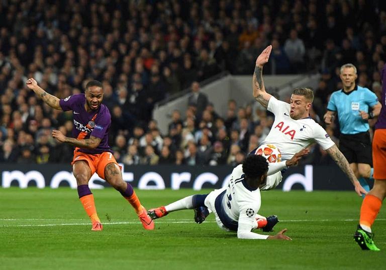 Tại sao Man City không có phạt đền khi bóng chạm tay hậu vệ Aston Villa?
