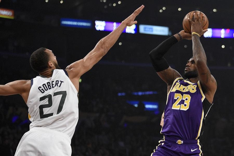 LeBron James bật chế độ gánh team, LA Lakers có chiến thắng đầu tiên