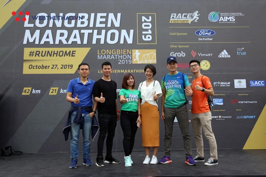 Phong cách lấy bib chất ngầu của dân chạy ở Longbien Marathon 2019