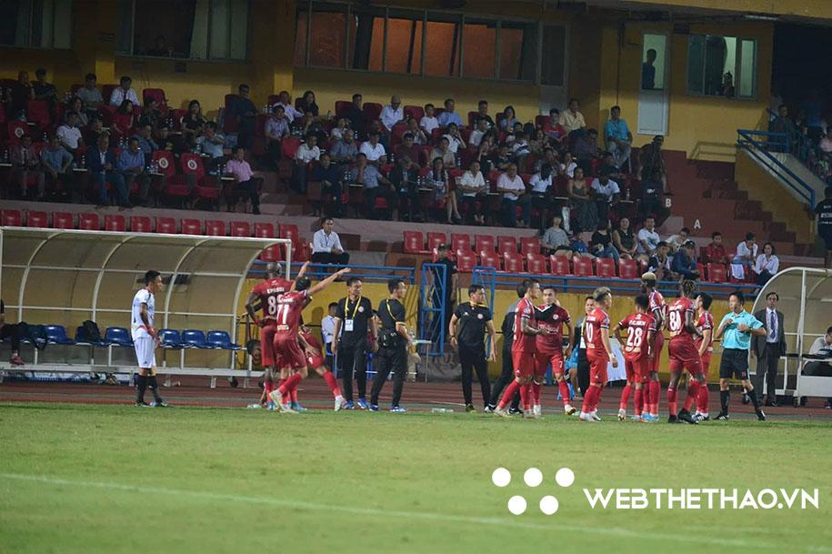 TP HCM bao vây, phản đối trọng tài sau bàn thắng của Omar