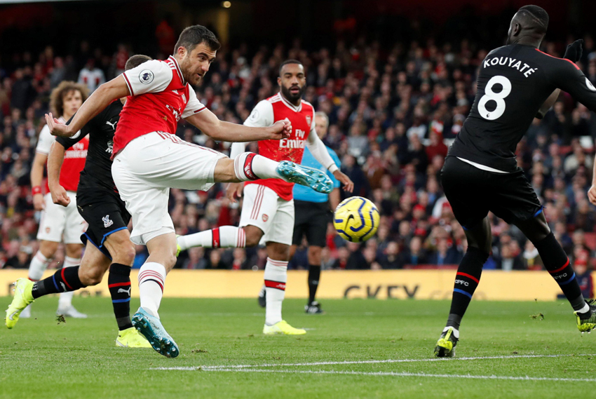 Arsenal bị Crystal Palace cầm hòa dù trung vệ ghi bàn thay tiền đạo