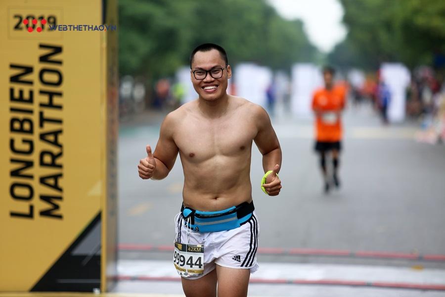 """Những người """"gọi nắng về đốt cháy"""" đường đua Longbien Marathon 2019"""