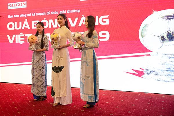 Ông hoàng nhạc sến Ngọc Sơn ngẫu hứng hát tại họp báo QBV VN 2019