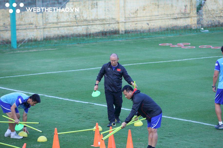 Thầy Park làm thay việc săn sóc viên, gắt gao với các tuyển thủ