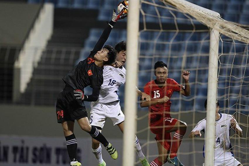 Thủ môn U21 Việt Nam Dương Tùng Lâm gây ấn tượng mạnh với HLV Park Hang Seo
