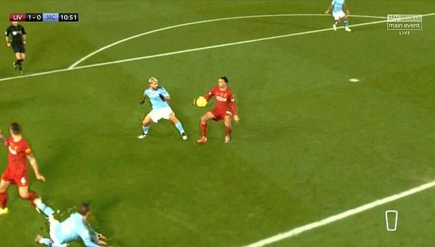 Vì sao Man City không có penalty khi cầu thủ Liverpool chạm tay vào bóng?