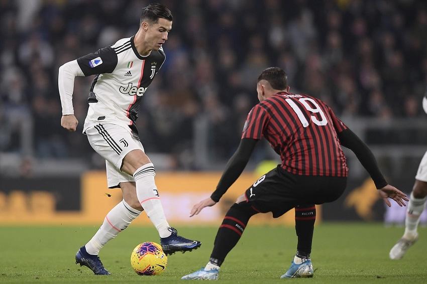 """Ronaldo lại """"gây bão"""" sau khi được thay ra trong trận Juventus vs Milan"""