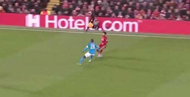 CĐV Liverpool trầm trồ chứng kiến Salah làm hậu vệ Napoli ngã sấp mặt