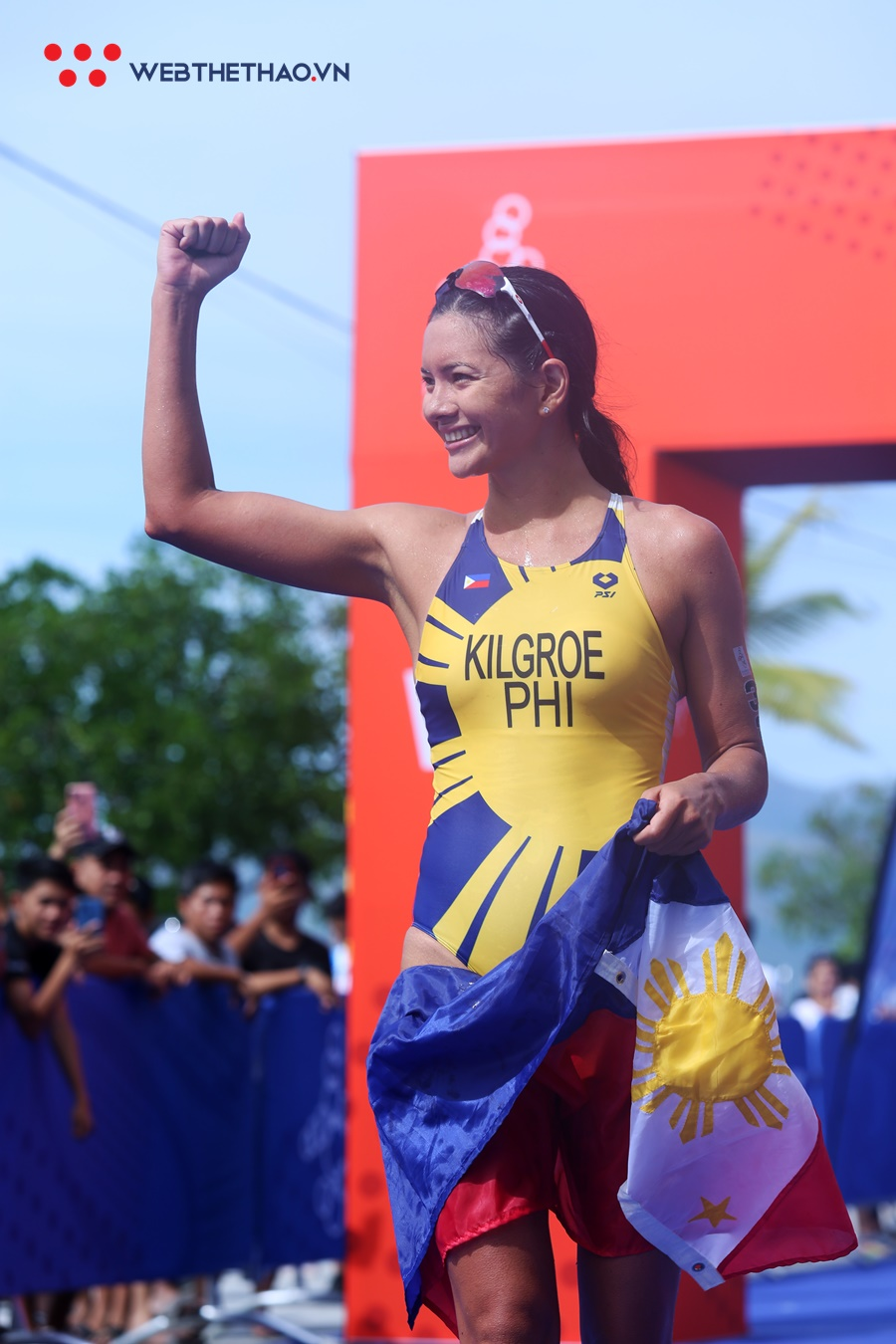 """Người mẫu Philippines """"xé toang"""" đường đua triathlon SEA Games 30 bằng vẻ đẹp nóng bỏng"""