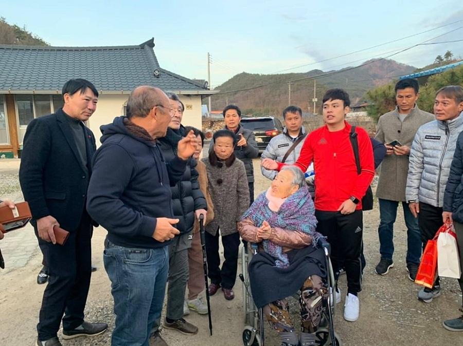 HLV Park Hang Seo xúc động khi trở về thăm mẹ tại quê nhà