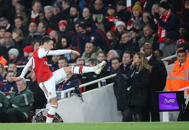 Ozil bị cáo buộc giả vờ chấn thương để nghỉ trận Arsenal vs Everton