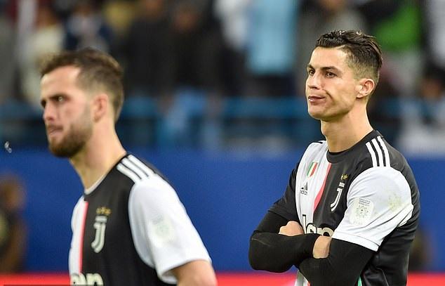 Ronaldo gây sốc khi tháo bỏ huy chương sau thất bại với Juventus