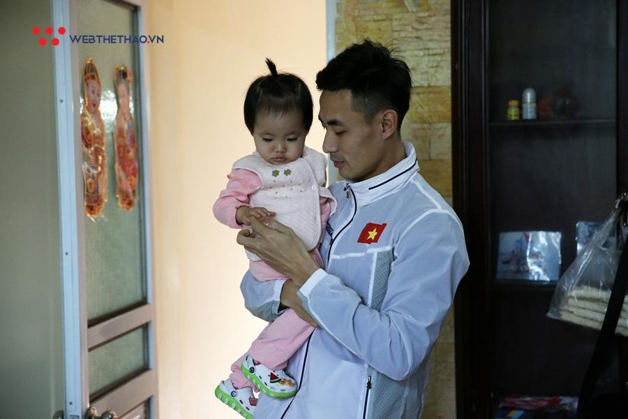 """Bà mẹ bỉm sữa Nguyễn Thị Huyền: Con không lạ mẹ, đoàn tụ """"ông xã quốc dân"""" sau kỳ tích SEA Games 30"""