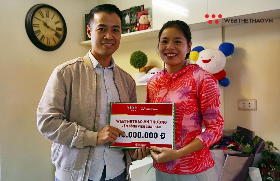 Webthethao.vn trao thưởng cho bà mẹ một con Nguyễn Thị Huyền vừa lập cú đúp HCV SEA Games 30