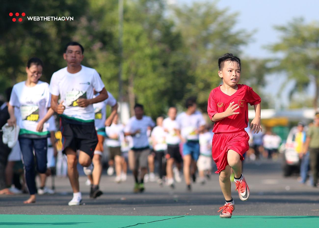 Những runner nhí hiên ngang sải bước giữa cái nắng 37 độ C tại Mekong Delta Marathon 2019
