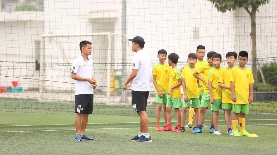 Cầu thủ Việt làm gì trong những ngày không V.League?