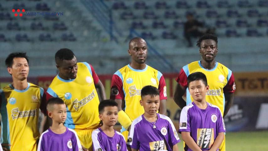 Ngoại binh Khánh Hòa nhập viện cấp cứu ngay trong trận đấu với Hà Nội FC