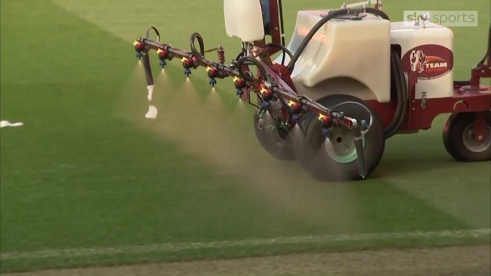Vì sao MU phun tỏi trên mặt sân Old Trafford trước trận gặp Liverpool?