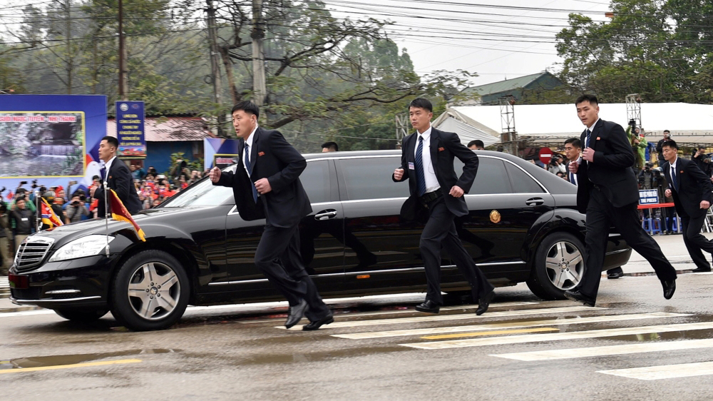 Phiên dịch chạy đuổi theo Chủ tịch Kim Jong Un nhanh như... Usain Bolt khiến truyền thông thế giới chú ý
