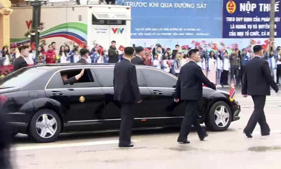 Ngắm dàn cận vệ cao to mặc veston chạy bảo vệ Kim Jong Un tại Việt Nam