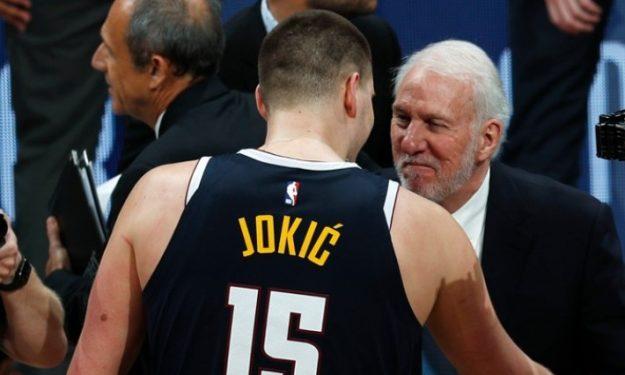 Bất chấp thất bại trước Denver Nuggets, HLV Popovich vẫn được Spurs gia hạn hợp đồng