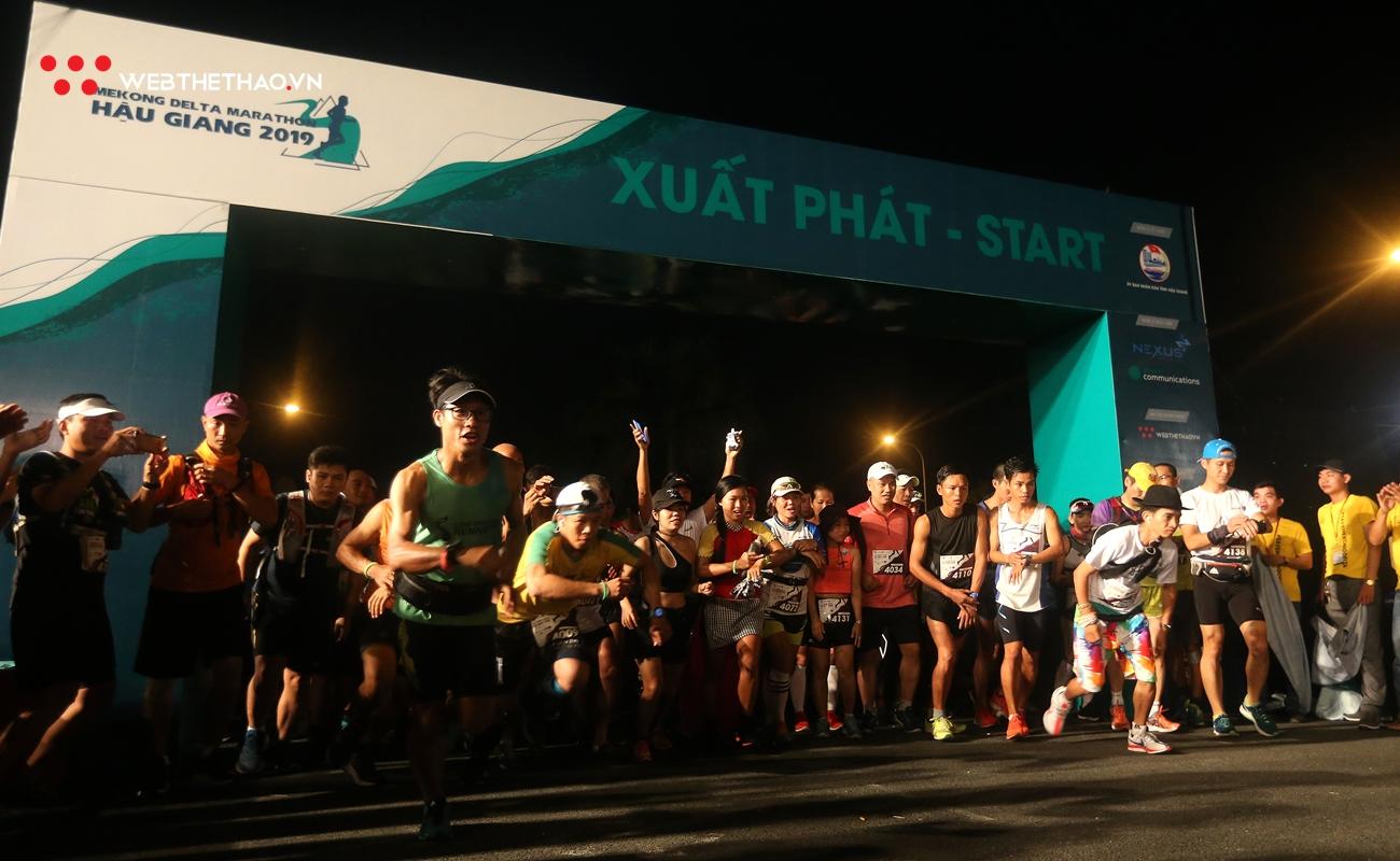 TRỰC TIẾP Mekong Delta Marathon 2019: Lê Tấn Hi kiệt sức rút đích, vô địch 42km ấn tượng