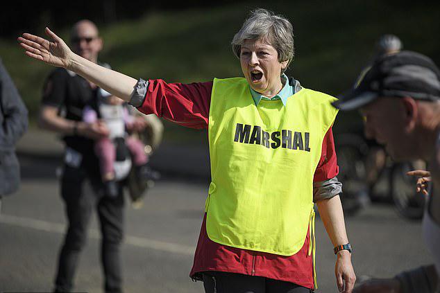 Thủ tướng Anh làm tình nguyện viên giải chạy, bao giờ nguyên thủ khác học theo?