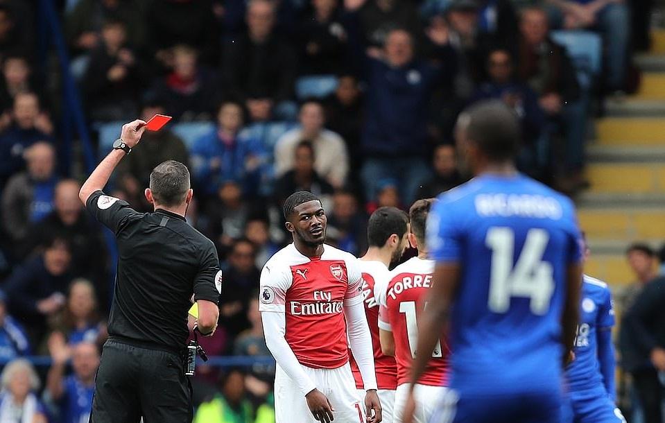 Thẻ đỏ của Maitland-Niles, siêu nhân Leno, khắc tinh Vardy và các điểm nhấn khi Arsenal thua Leicester