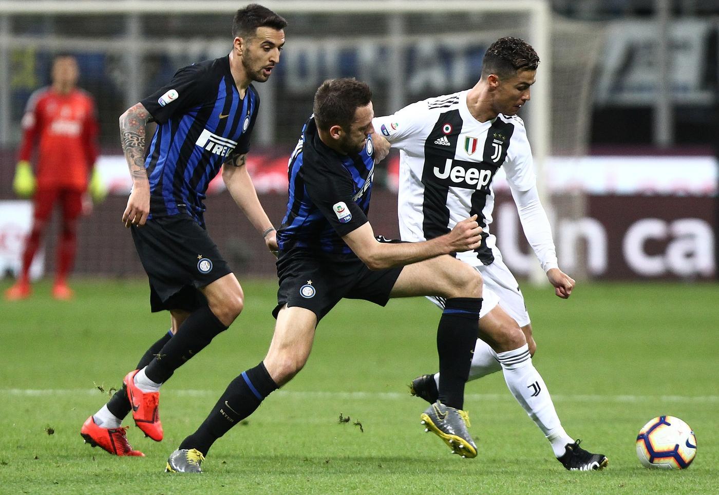 Ronaldo đạt cột mốc mới và đánh bại Messi khi gỡ hòa cho Juventus trước Inter