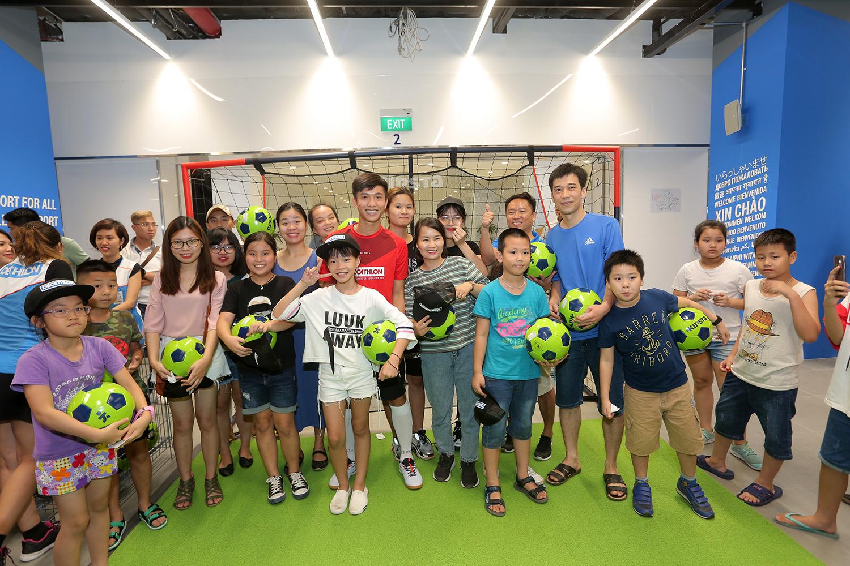Tuyển thủ Phan Văn Đức 'hút fan' ngày Decathlon Hà Nội khai trương cửa hàng đầu tiên