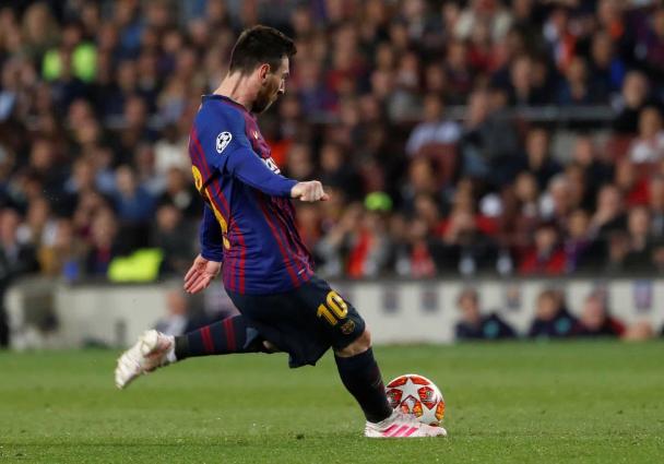 Messi đã di chuyển điểm đá phạt trực tiếp trong trận Barca vs Liverpool thế nào?