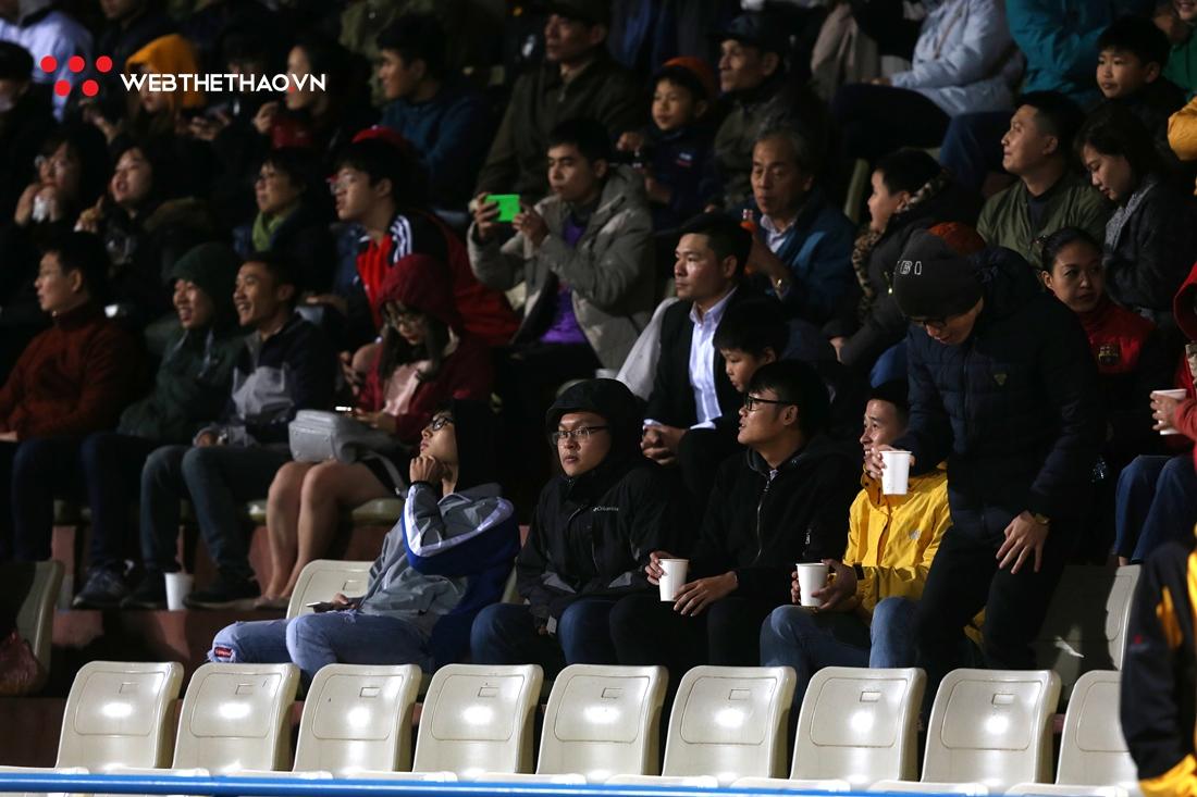 Chùm ảnh: Fan nữ đội rét đến sân Hàng Đẫy cổ vũ cho Quang Hải cùng các đồng đội