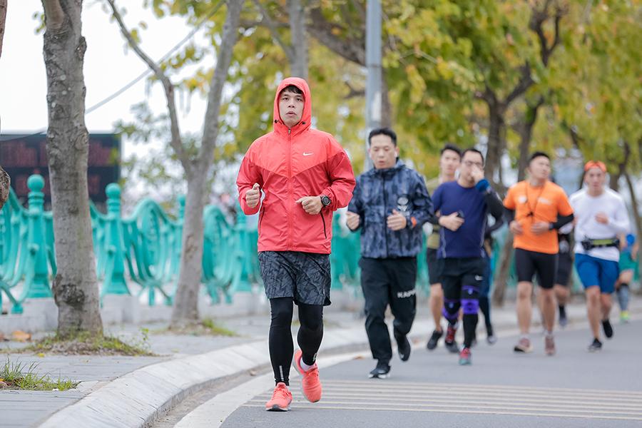 """Hoa hậu Việt Nam và """"hot boy"""" bóng rổ Thăng Long Warriors """"ngược gió"""" chinh phục Hồ Tây dưới giá lạnh Tết Canh Tý 2020"""