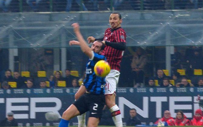 Ibrahimovic bật cao gần bằng Ronaldo trong trận Milan vs Inter