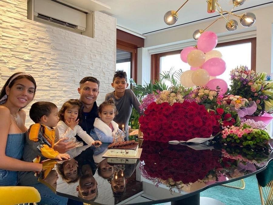 Ronaldo hào phóng chu cấp tiền để bạn gái sống xa hoa