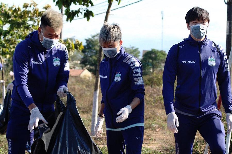 Luyện tập cho mùa giải mới, cầu thủ HAGL kết hợp bảo vệ môi trường