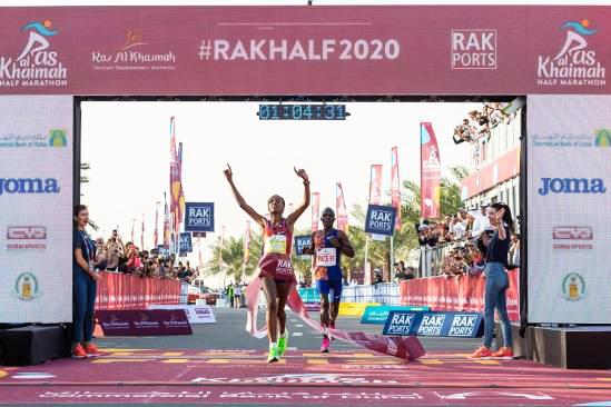 """Cô gái Ethiopia đánh bại """"Nữ hoàng marathon Kenya"""" để lập kỷ lục thế giới chạy 21km nữ"""