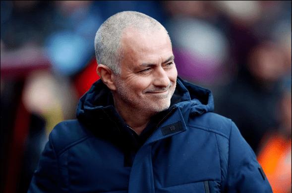 """Mourinho """"nắn gân"""" đội bóng cũ Chelsea bằng trò chơi gián điệp"""